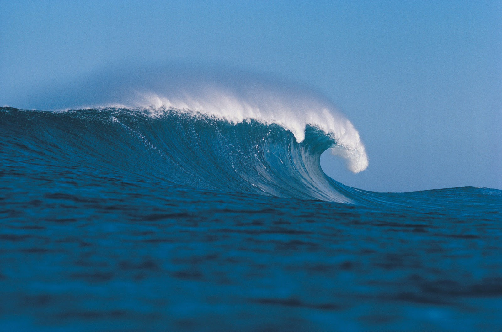 wallpaper foto ombak lautan yang dahsyat