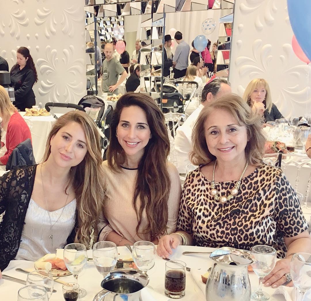 Unos años despues...mi señora con nuestras dos hijas, Vanesa y Clara Natali