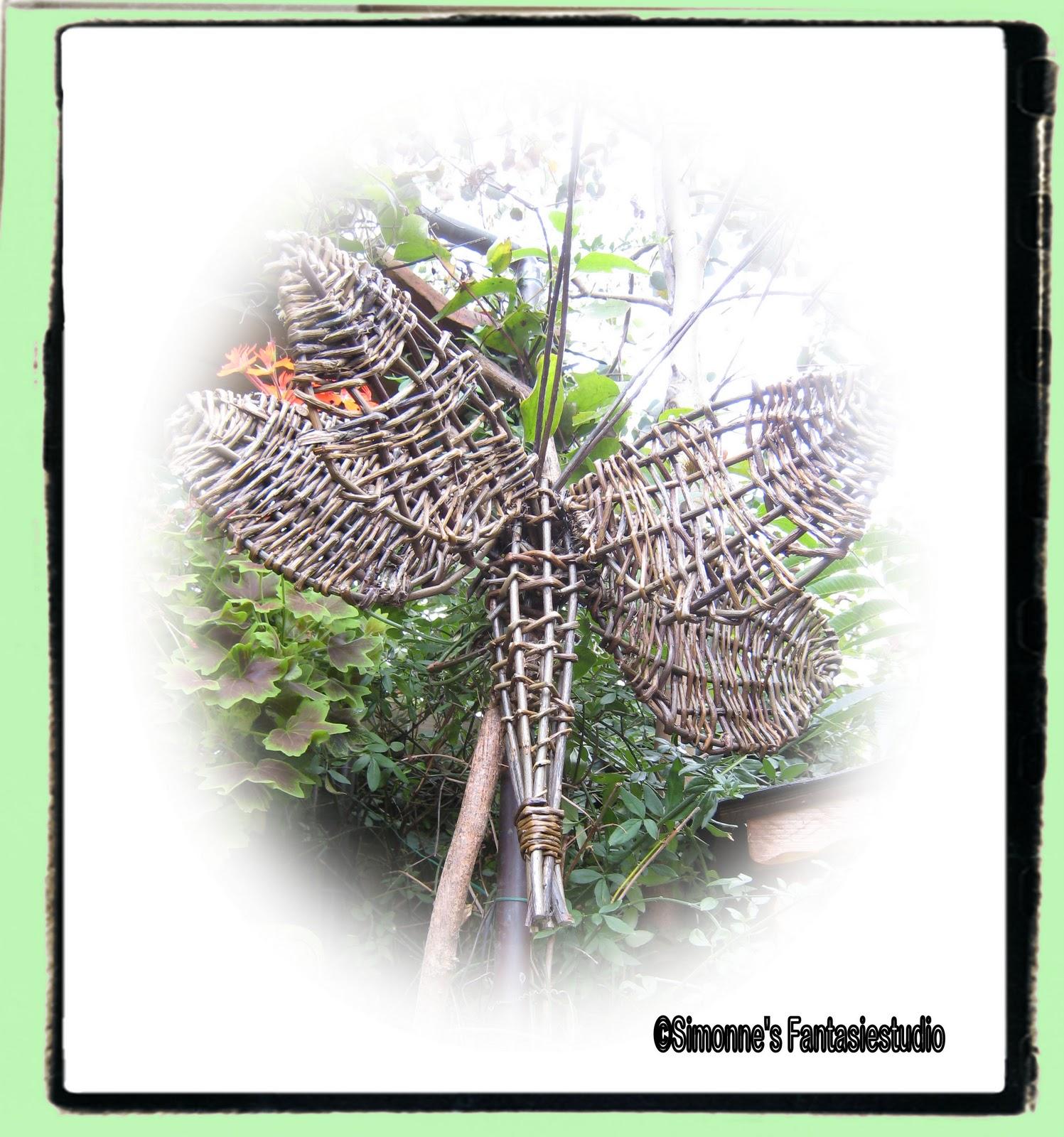 Deze libelle heb ik gemaakt met wilgentenen, ze hangt al bijna 2 jaar ...