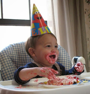 Foto bayi lucu banget belepotan saat ulang tahun