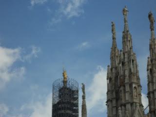 Estatua dorada de la Madonnina de Perego