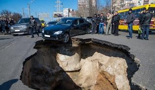 في روسيا شوارع مدينة تبتلع السيارات In Russia the  city streets swallow cars