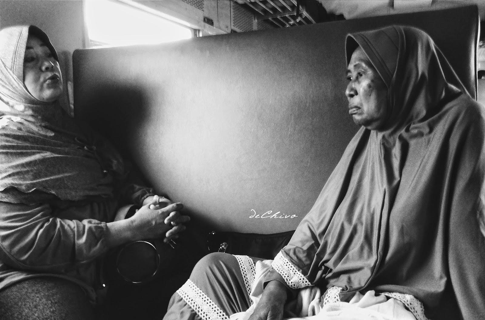 Ibu-ibu unyu di atas kereta