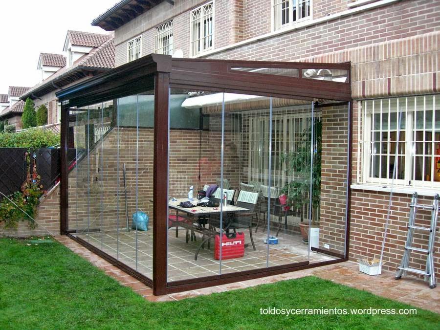 Cerramiento de un patio trasero con perfil de aluminio y planchas de vidrio