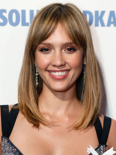 With a center part and softly pushed-over bangs, Jessica Alba gently rolls the ends of her shoulder-grazing hairstyle under.