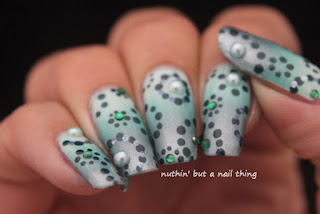 nail art idea teal circles gradient