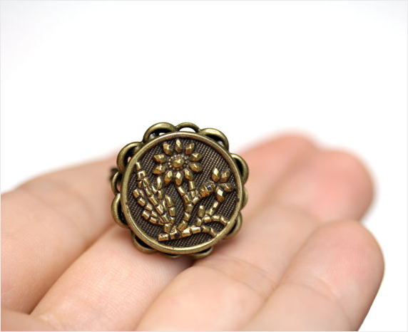 Daisy Antique Button Ring by ChatterBlossom #daisy #flower #ring #jewelry