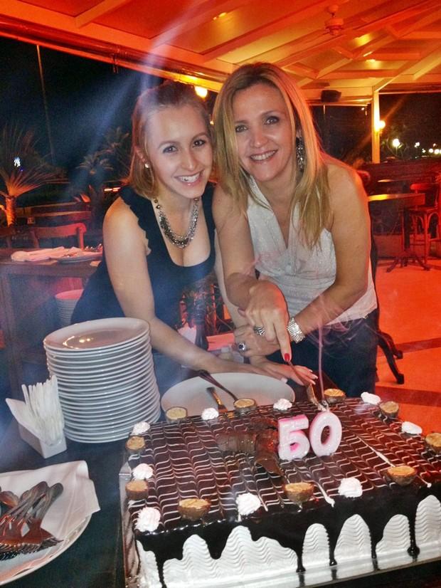 Simplismente Rebelde Carla Diaz faz festa surpresa para mãe