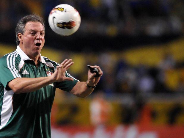 Abel Braga passa orientação ao time tricolor durante o primeiro tempo do confronto no Engenhão