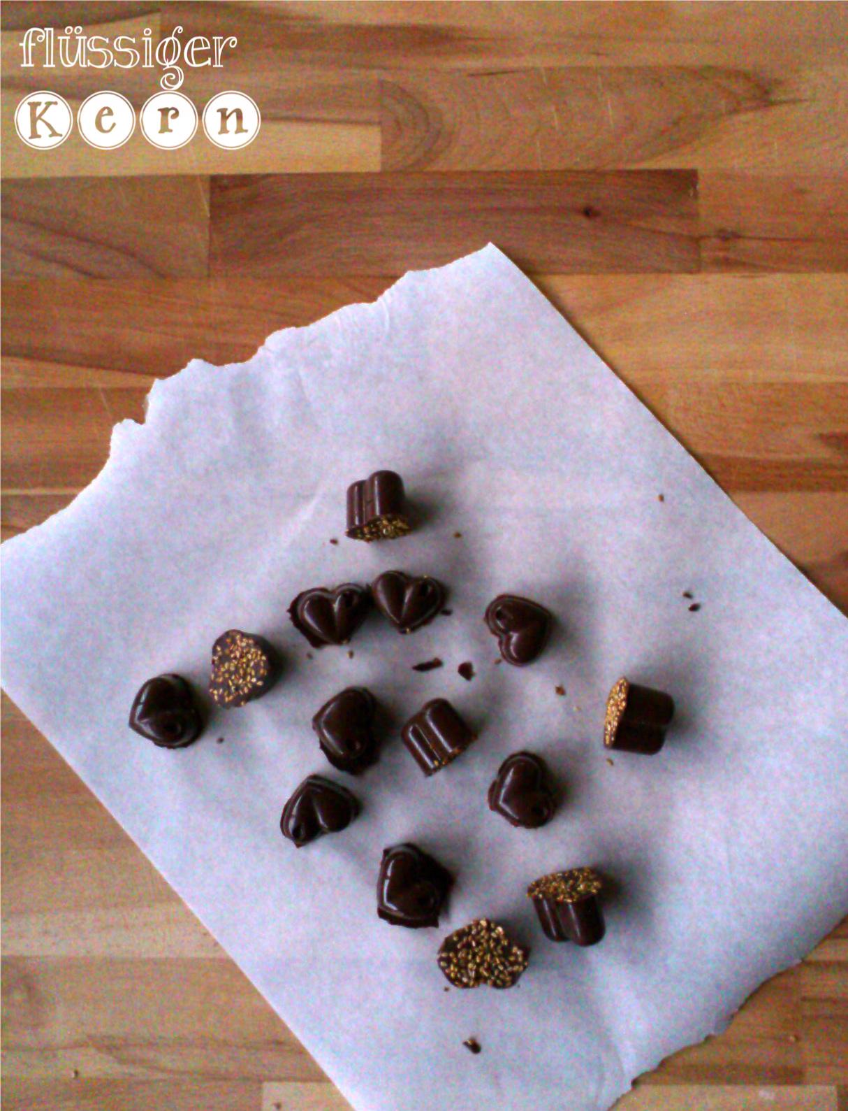 Die gl cklichmacherei karamell sesam pralinen for Boden mit schrift