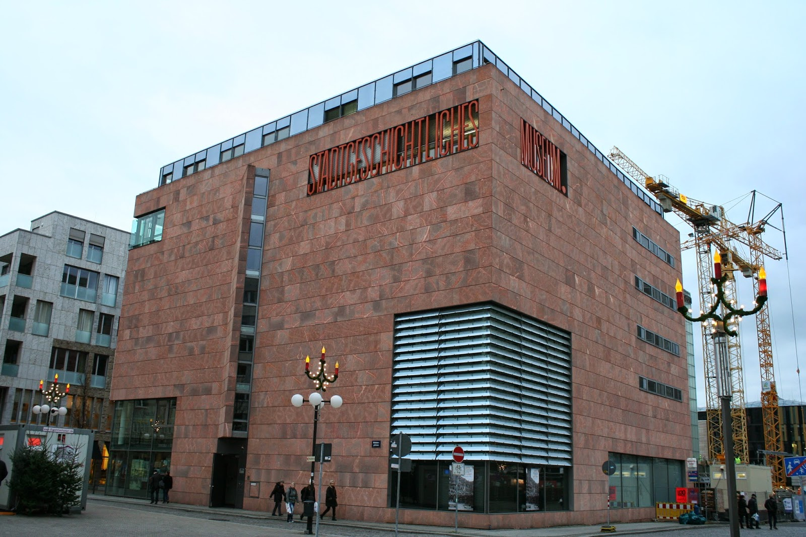 """Der Neubau des Stadtgeschichtlichen Museums im Böttchergäßchen wurde 2004 eröffnet - hier ist jedoch nur ein Teil des ganzen untergebracht, denn auch das Alte Rathaus am Marktplatz gehört wie einige andere Einrichtungen zum """"Stadtgeschichtlichen Museum"""" - in diesem hier sind unter anderem die Direktion, Bibliothek, Fotothek und Verwaltung untergebracht - ausserdem sind hier Sonderausstellungen ebenso wie das Kinder- und Jugendmuseum """"Lipsikus"""".untergebracht"""
