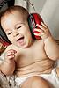 Un bébé joue avec beaucoup de joie