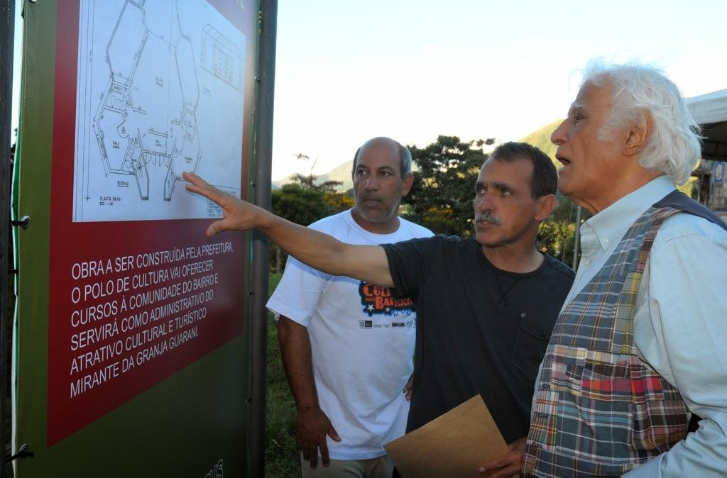 Subsecretário Arnaldo Almeida, Secretário Wanderley Peres e Ziraldo observam o projeto do Polo de Cultura do Mirante