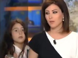 niña interrumpe a su mama dando las noticias