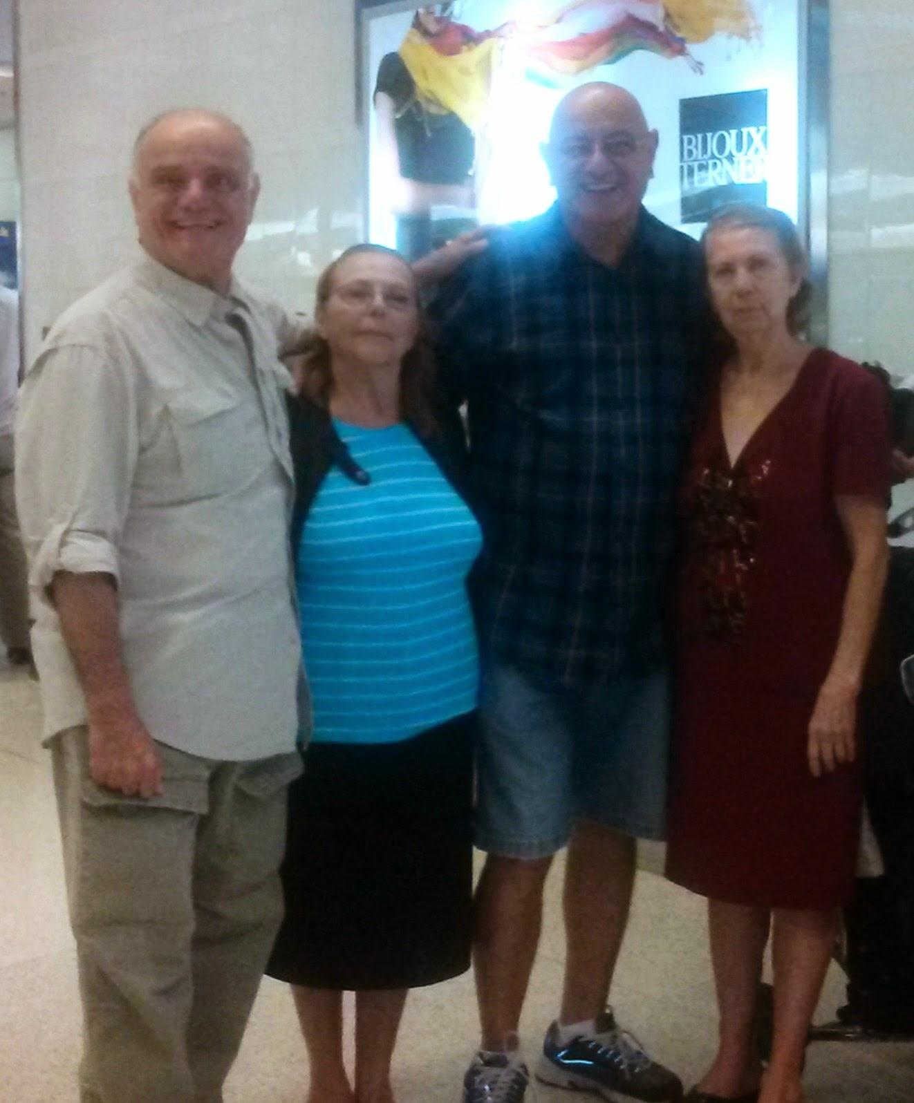 Con mis tías y mi hermano menor en el aeropuerto
