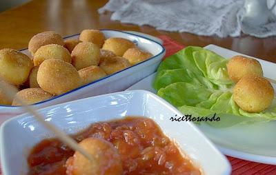 pallotte cacio e ova ricetta di polpettine di formaggio e uova con salsa piccante