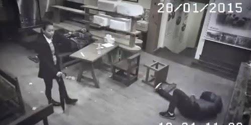 kamera cctv ini merekam seorang wanita menghajar 3 cowok