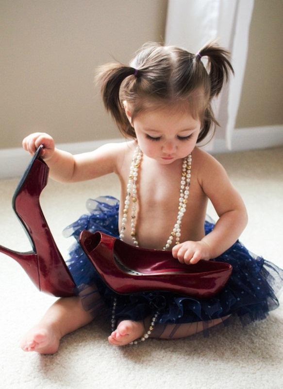 Lucu Bangeeet Foto Gambar Bayi Pakai High Heels Yang Kebesaran