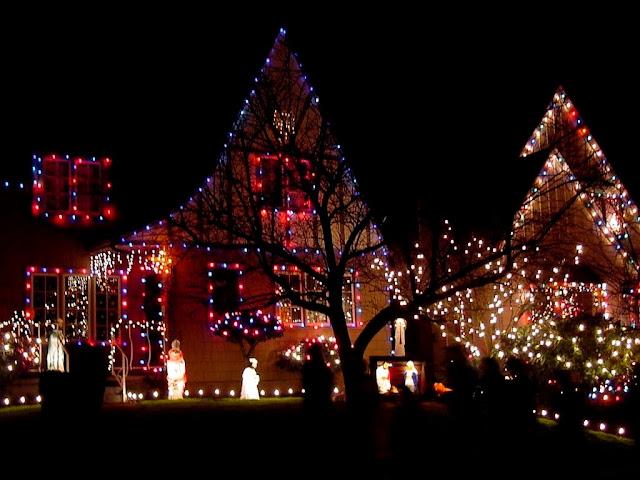 Casa llena de luces para navidad