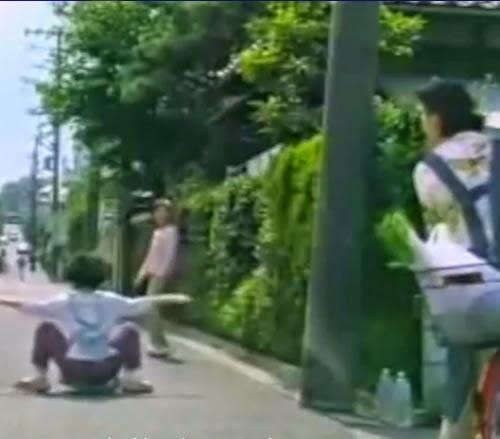 Propaganda japonesa que anuncia a venda de leites: mãe e filha contorcem nas ruas para adquirir o produto.