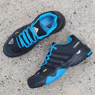 gambar sepatu gunung, jual sepatu hiking, adidas hiking, adidas gore tex