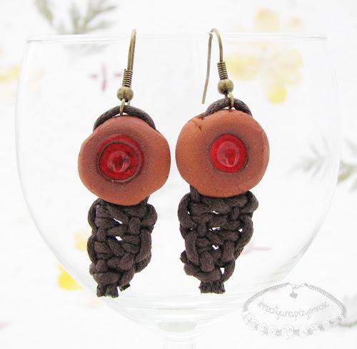 Ceramiczne kolczyki uformowane z brązowej gliny z czerwonym oczkiem 3