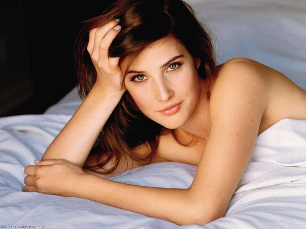 COBIE SMULDERS IN BED WITH SHEET