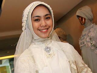 Baju pengantin Oki Setiana Dewi (foto Kapanlagi.com)