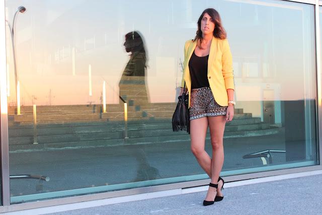 Shorts glitter combinados con blazer amarilla