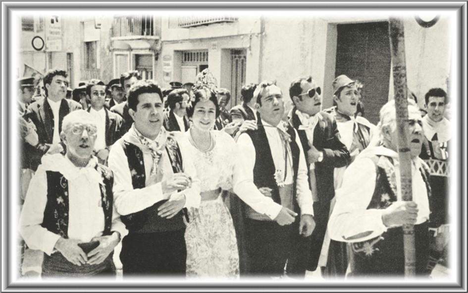 FOTOS ANTIGUAS DE IBI: DESFILANDO DIA AVIS 1972