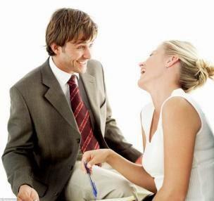 خفة دمك مع المرأة طريقك السهل للوصول إلى قلبها  - رجل امرأة ضحك يضحكان يضحكون - woman laugh man smile joking