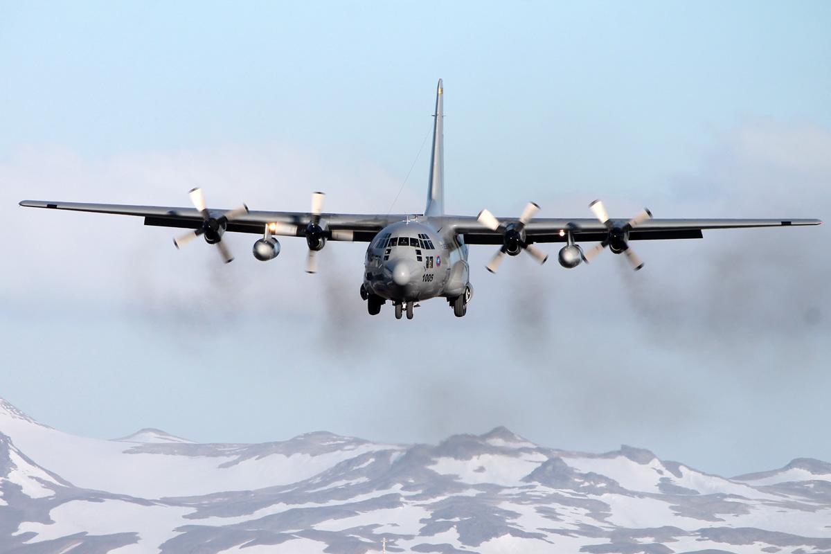 C-130 Hércules de la Fuerza Aérea Colombiana en fase de aproximación a la Isla Rey Jorge.