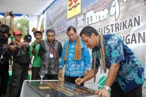 DIROP PLN Indonesia Timur, Vickner Sinaga (kanan) saat meresmikan pengoperasian Saluran Kabel Laut Tegangan Menengah (SKLTM) 20 kV Interkoneksi 4 Pulau Wisata di Nusa Tenggara Barat, di Gili Trawangan Rabu (19/09), disaksikan Bupati Lombok Utara & GM PLN NTB.