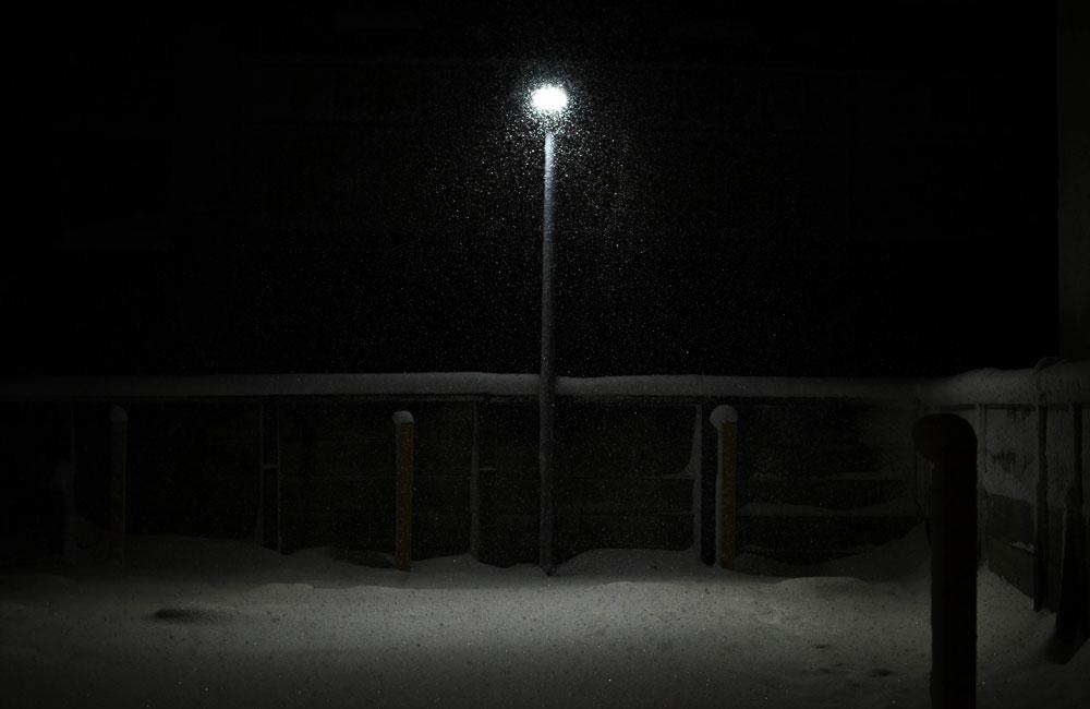 雪の降る街灯の写真