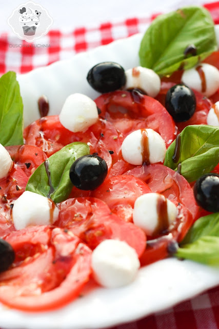 sałatka caprese, caprese, caprese z oliwkami, przepis na caprese, jak zrobić caprese