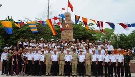 Đại biểu chụp ảnh bên cột mốc chủ quyền của Việt Nam tại đảo Song Tử Tây