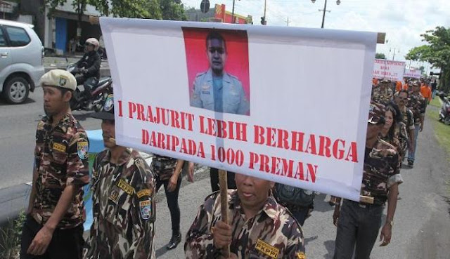 Foto almarhum Serha Heru Santosa dibawa long march memperingati HUT Kopassus.