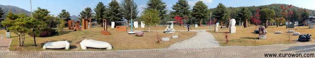 Panorámica del jardín del Centro de Artístas de Mooee
