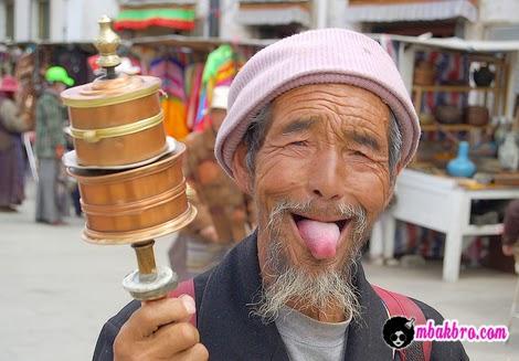 orang Tibet menjulurkan lidah