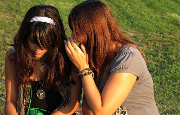 6 Ciri Teman Palsu yang Suatu Saat Bakal Menusuk dari Belakang