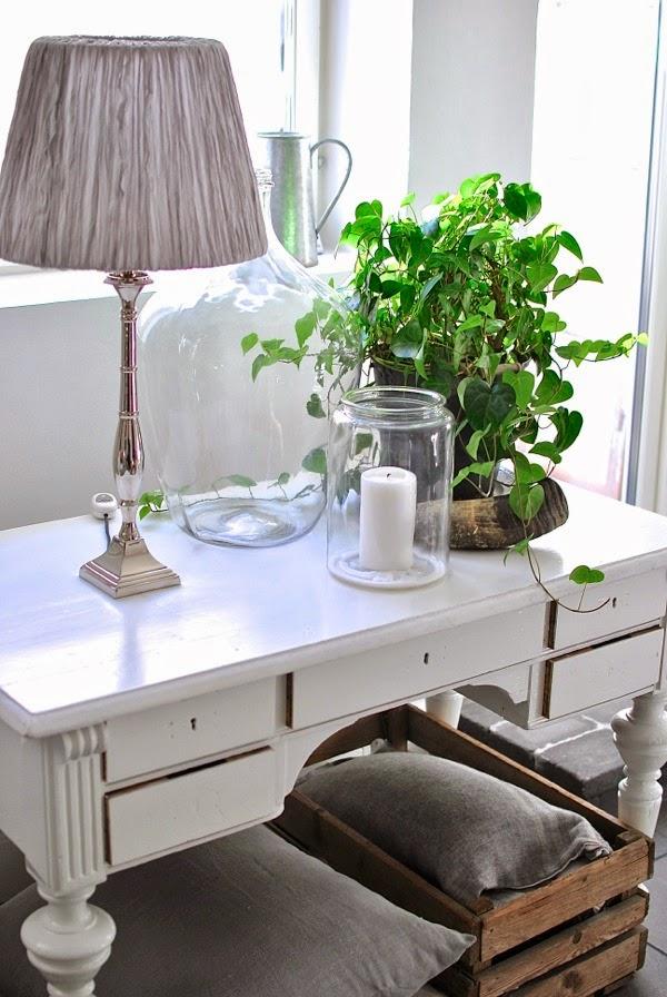 Hannas vardagsrum antikt skrivbord damejeanne trälåda