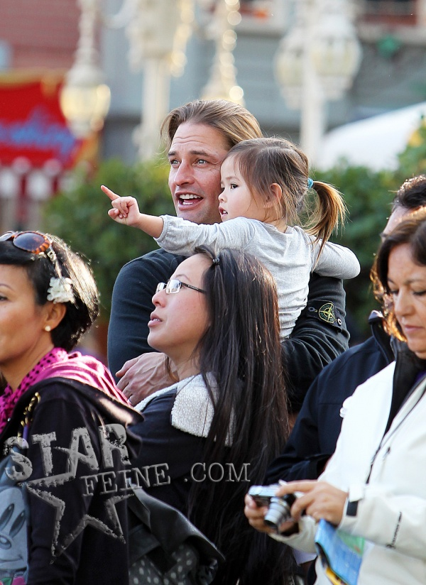 fotos josh holloway y su hija java en disneyland 10