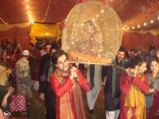 Mehndi Bride Entrance S : Fashion fade style is eternal decoration ideas at mehndi night