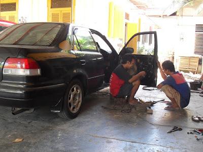 Perbaikan mobil di bengkel