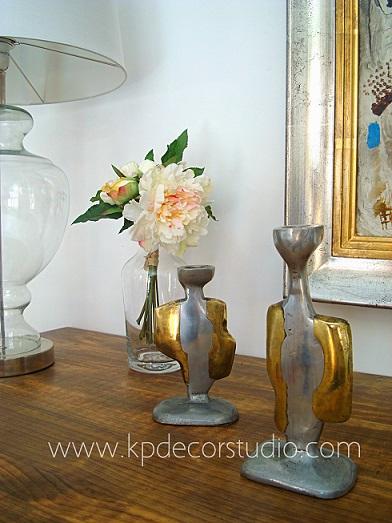Decoración con artículos vintage selectos auténticos. Piezas originales, cobre dorado y plateado.