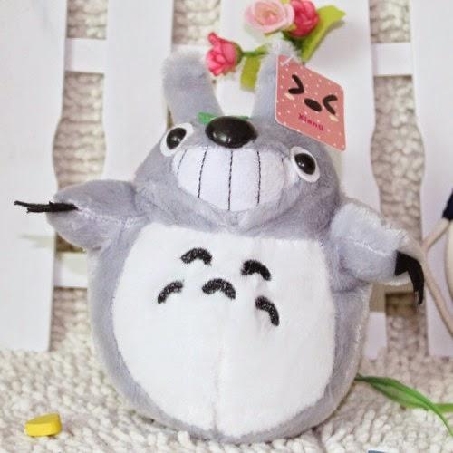 Boneka lucu yang mengadopsi karakter film anime My Neighbor Totoro.