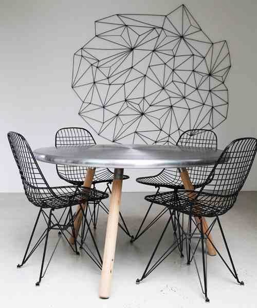 Krzesła Eams DKR WIRE przy stole z metalowym blatem