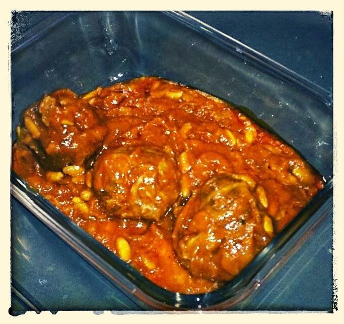 Albóndigas caseras con salsa de tomate y piñones
