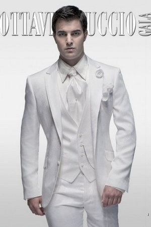 también hay bonitas propuestas en color gris plata y en color vino, para los que dudaban sobre qué llevar en su boda, éstas son fabulosas propuestas.