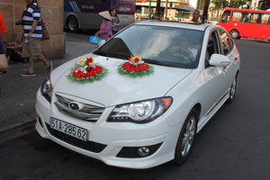 Đám cưới xe hơi bên ngoài nhà thờ Notre Dame